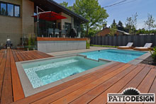 Patio avec piscine creusée par Patio Design inc.